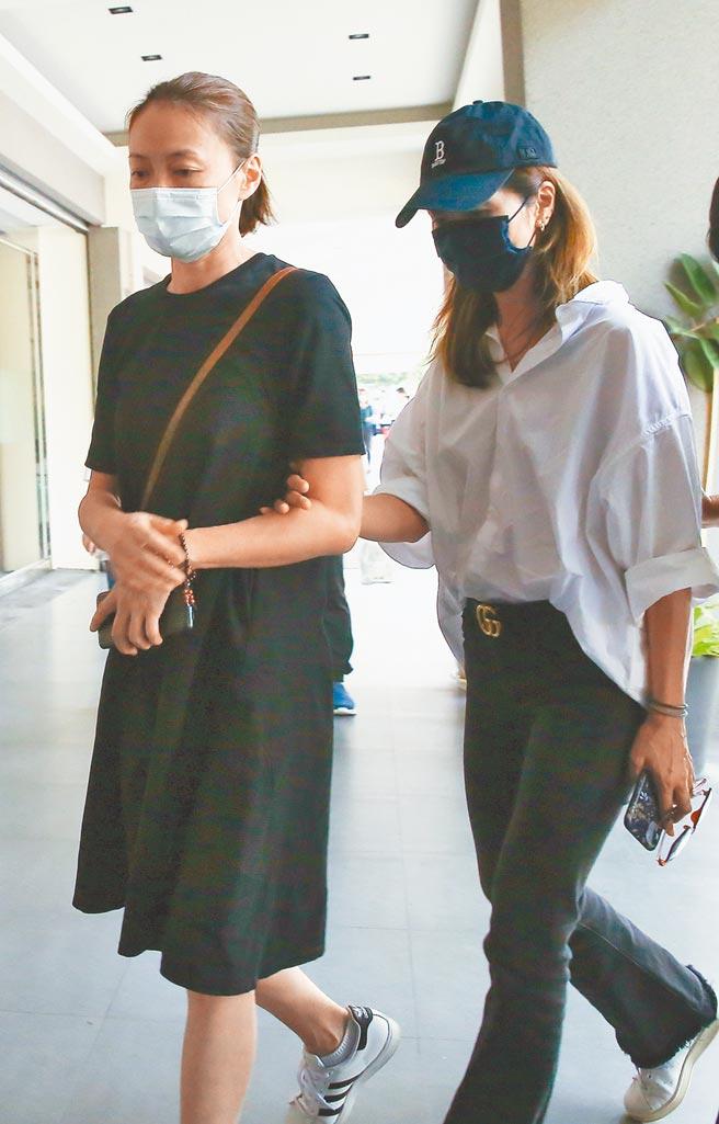 柯淑勤(左)昨陪龍劭華遺孀謝雪貞去挑選塔位後,又趕回靈堂辦頭七法會。(陳俊吉攝)