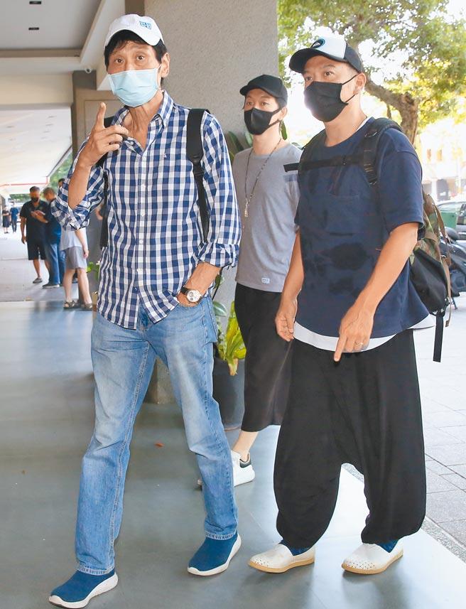 喜翔(左)、張翰昨到龍劭華靈堂悼念。(陳俊吉攝)