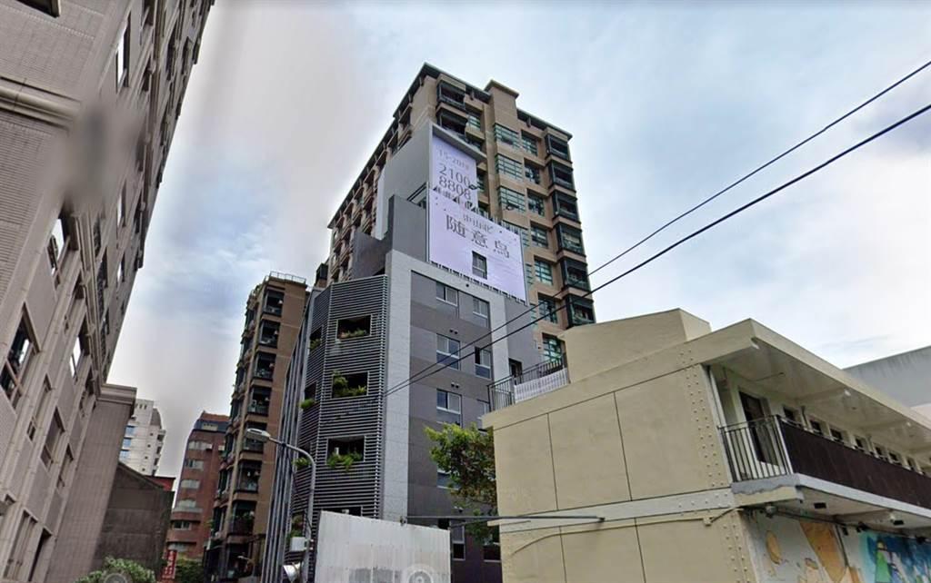 中山北路巷弄內的小宅新成屋「隨意鳥」位馬偕醫院生活圈,行銷文案相當直白,曾在網路掀起不小的話題。(圖/翻攝自Google街景)