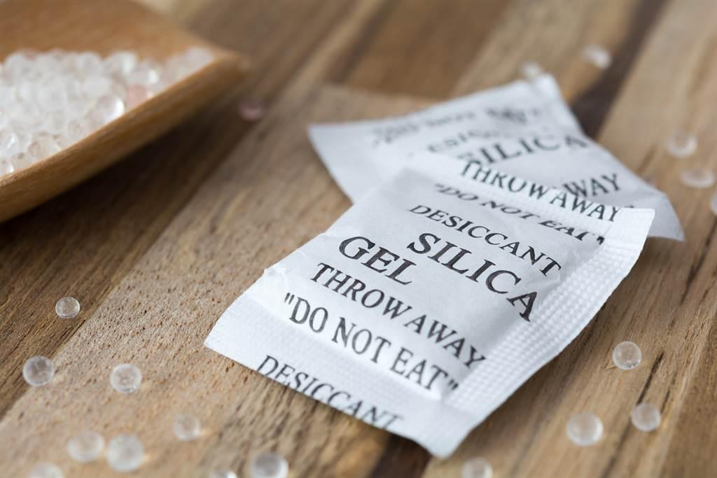 常見的食品乾燥劑有5種,其中生石灰乾燥劑最具危險性,主要成分為氧化鈣,乾燥效果很好,不過有很大的腐蝕性。(乾燥劑示意圖/Shuttestock)