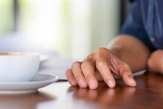 咖啡1杯1300 辣妹幫阿公級男客「手工研磨排毒」
