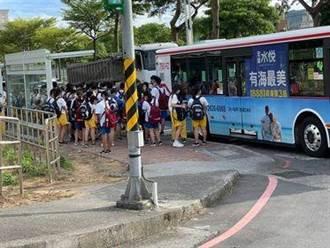 淡水竹圍高中校車停駛 學生塞馬路等公車 議員促改善