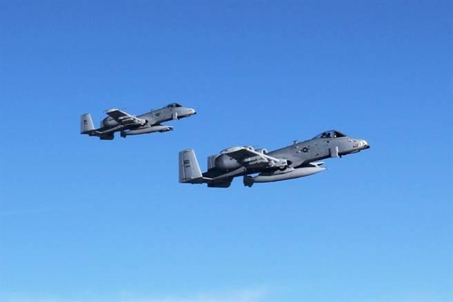 美空軍部長表示,空軍耗費太多資源在維持老舊機種戰力;但每次提到退役老舊戰機,就牽扯到選區經濟而為議員反對。圖為美空軍107戰鬥機中隊飛往阿富汗的A-10。(圖/DVIDS)