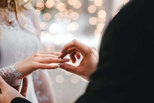 美國一名男子在婚禮上喝醉失態,讓新娘氣得當場拉前男友逃婚。(示意圖/達志影像)