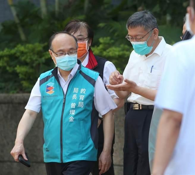 全國高中生22日起開始施打BNT疫苗,台北市長柯文哲(左二)與教育局長曾燦金(左一)一早到育成高中關心施打狀況。(王英豪攝)