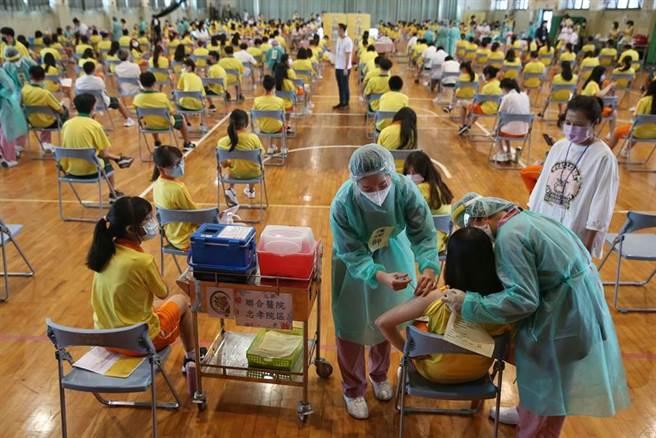 高中生22日起開始施打BNT疫苗,台北市育成高中安排動線為學生施打。(王英豪攝)