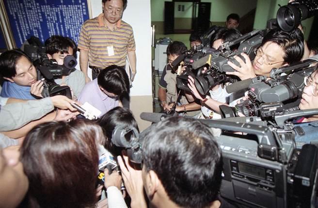 潘明秀殺夫、殺男友案轟動一時,出庭遭媒體包圍。(張良一攝)