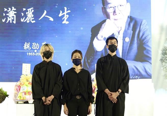 龍劭華遺孀(中)帶著一雙兒女先向所有來賓鞠躬。(圖/陳俊吉攝)