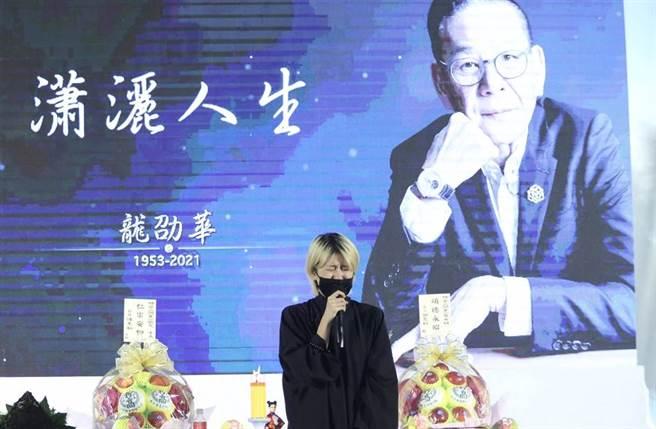 陳璇在爸爸龍劭華告別式上念祭父文淚崩。(圖/陳俊吉攝)