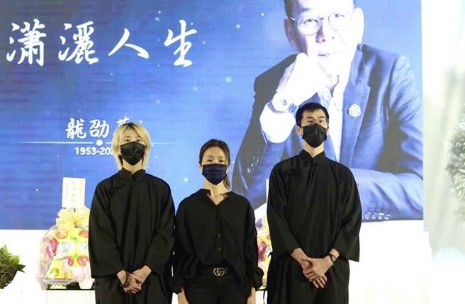 龍劭華女兒陳璇(左起)、遺孀謝雪貞、兒子陳威佐都來送他最後一程。(圖/陳俊吉攝)