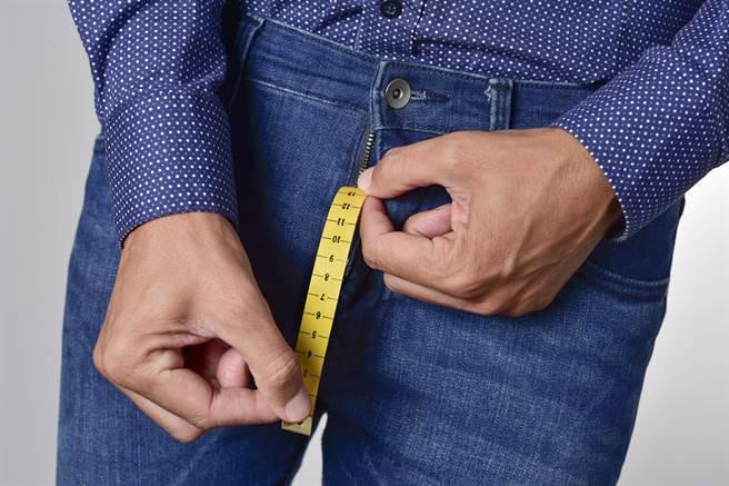 男人的GG多粗才算大,近日有醫師用陰莖測量尺解釋,只要直徑超過2.6公分的尺寸,就算是巨龍。(示意圖/達志影像)