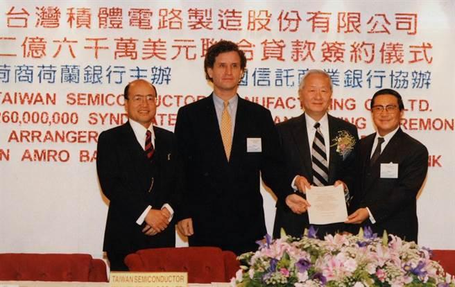 1994年12月30日台灣積體電路公司一項金額高達美金2億多元的聯合貸款,由台積電公司董事長張忠謀(右二)、荷商荷蘭銀行總經理柯月傑(右三)等25家銀行舉行簽約儀式。(孫守仁攝)
