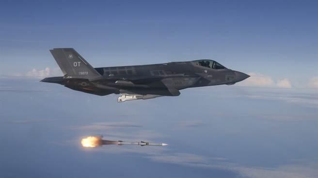波音展示LRAAM的設計,讓專家認為F-35、F-22就算無法在內部彈艙攜帶完整的LRAAM,也可能使用單節式的LRAAM。圖為F-35試射AIM-120。(圖/美國空軍)