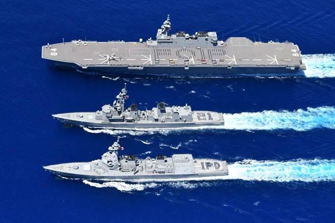 日本正發展衛星干擾能力,希望妨礙中國大陸、俄羅斯等對手作戰。圖中從上至下分別為海自「加賀號」、「村雨號」和「不知火號」護衛艦。(圖/海上自衛隊臉書)