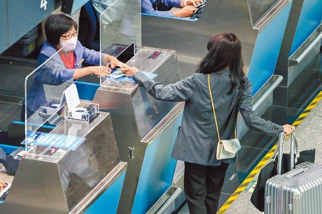 美國將自11月初,要求入境的外國旅客提供完整接種疫苗證明,但台灣接種2劑疫苗覆蓋率低,引起討論。圖為桃園機場出境旅客。(陳麒全攝)