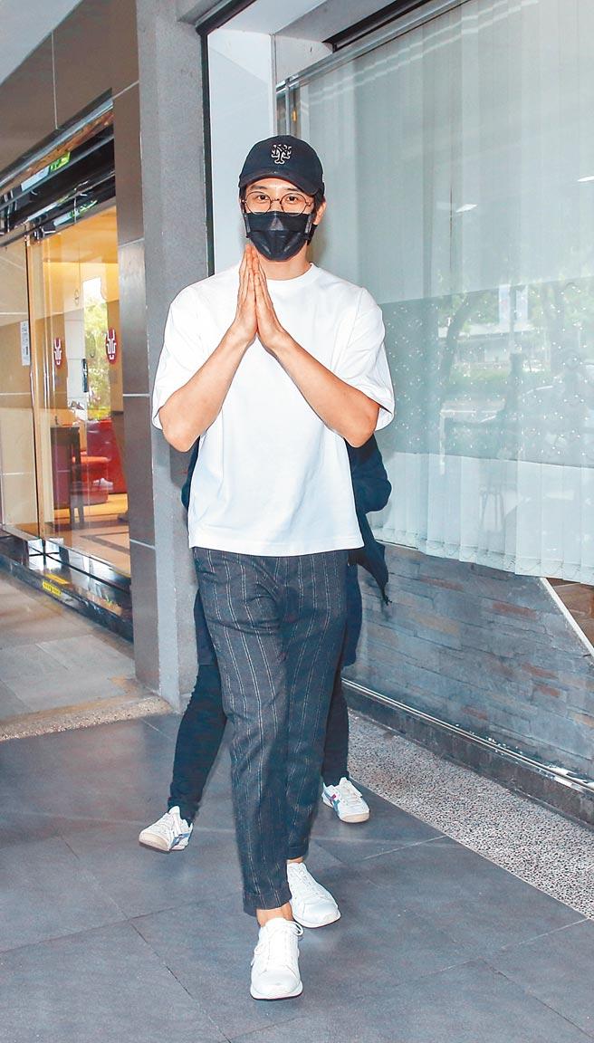 同門師弟胡宇威昨2度到靈堂致意,遺憾沒有一起演過戲。(羅永銘攝)