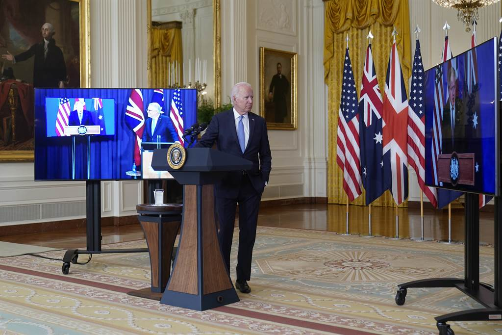 美國為了不到500億美元的核潛艇交易得罪法國,還嚇跑了歐洲與其他國家的盟友,這並非拜登老糊塗,而是華盛頓政治圈的慣性使然。圖為拜登與英國強生、澳大利亞莫里森的連線視頻記者會。(圖/美聯社)