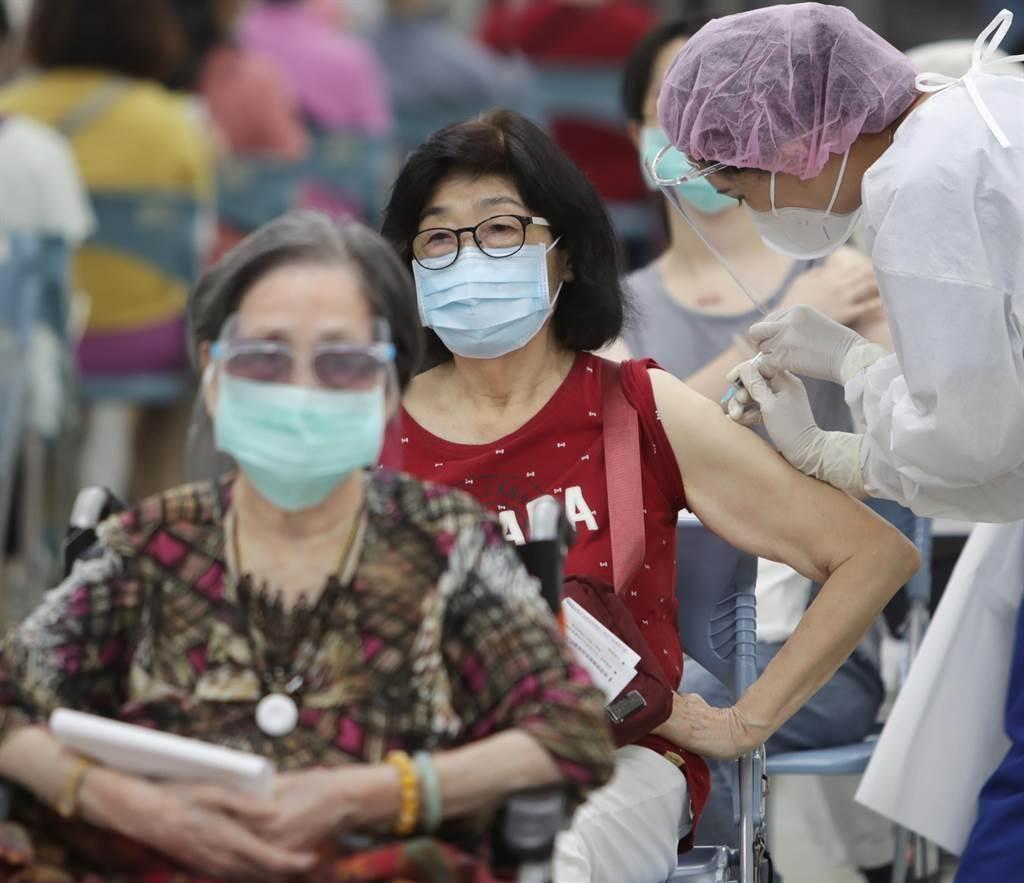 新北市長侯友宜今召開疫情說明會時表示,7月16日前接種莫德納第1劑的70歲以上長者,24日至27日各公所鄰里將會系統通知,28日至下月5日陸續接種。(資料照,季志翔攝)