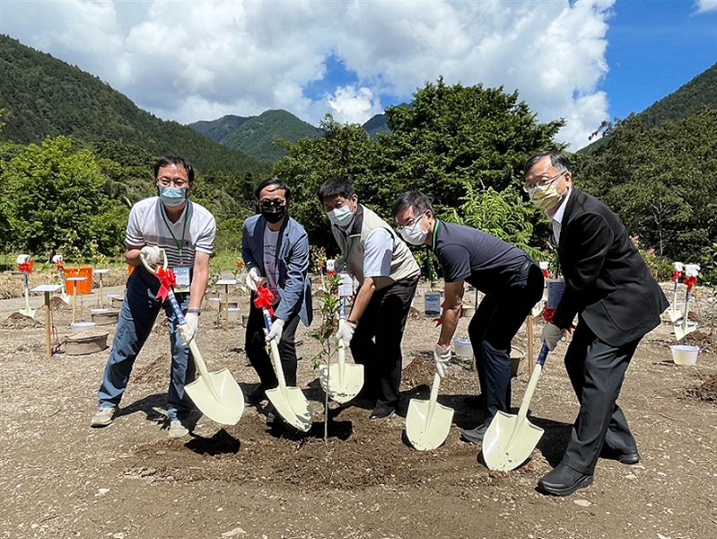 和泰汽車9月23日於武陵農場舉辦「TOYOTA 一車一樹植樹造林啟動儀式」,共同植樹復育櫻花鉤吻鮭棲地。(圖/TOYOTA提供)