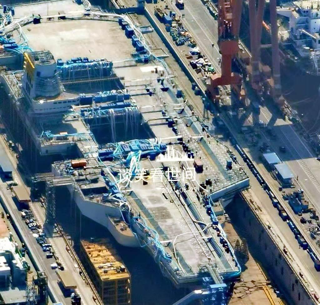 相較於8月底拍攝的003航母施工進度,可發現差異在甲板上彈射器位置加了施工棚。圖為8月26日航拍圖。(圖/網路)