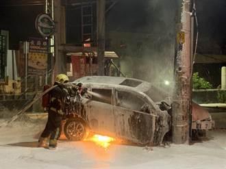轎車閃野狗猛撞電線桿 駕駛跌出車外下秒爆炸成火球
