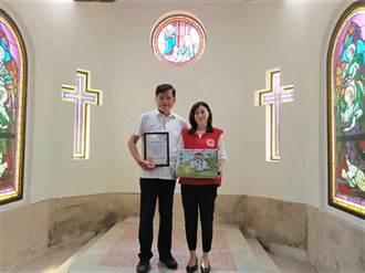 劉淙漢夫婦天使教堂送愛心 義賣文旦所得捐助仁愛基金會