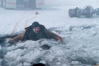 連恩尼遜下潛冰湖親上陣 限時60秒遊走死亡邊緣
