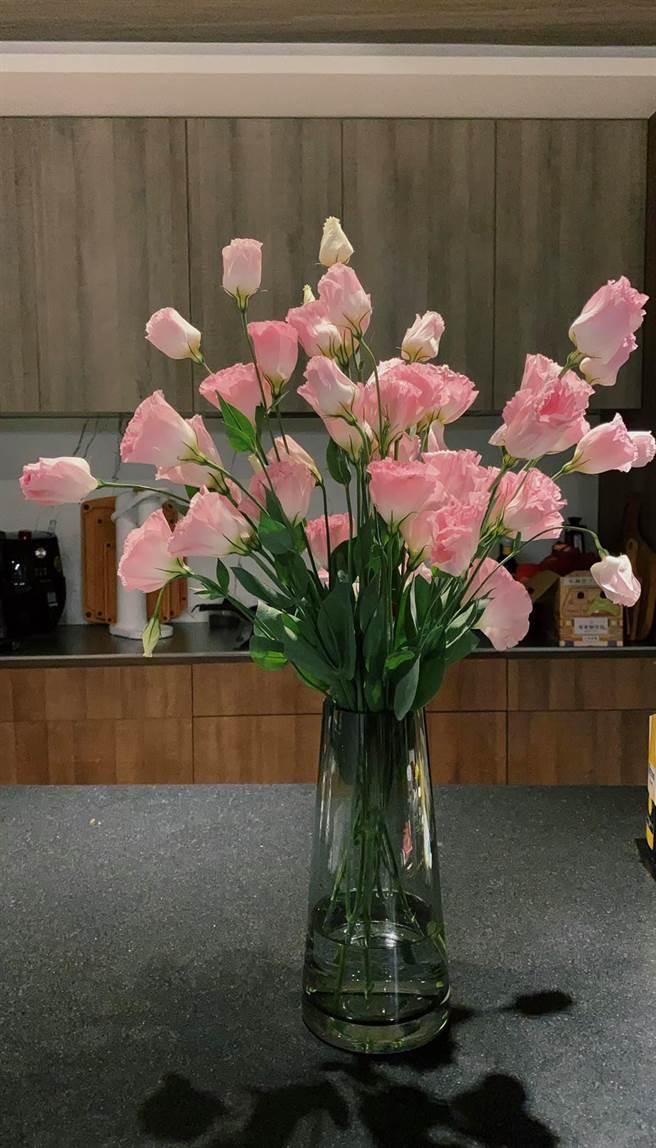 女網友分享全聯買的花卉一束6枝。(圖/翻攝自我愛全聯-好物老實説)