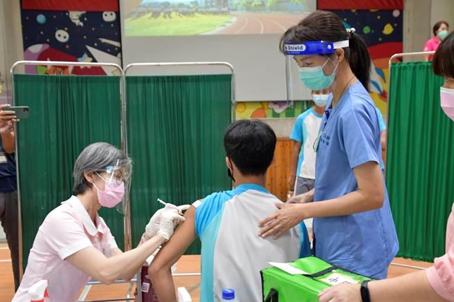 王惠美也提醒學生,打完不是「無敵鐵金剛」,病毒仍無所不在,口罩仍要戴好戴滿,保護自己也保護家人,接下來幾天若有發生不適,就應該要盡速就醫觀察。(吳建輝攝)