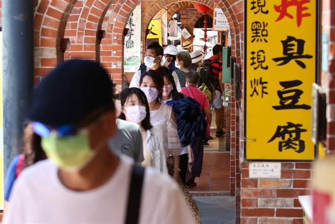 8大加碼券中獎率出爐!千元國旅券最搶手,除了部用抽籤的好食券外,藝Fun券是中獎率最高的,約49%。圖為民眾逛街。(陳俊吉攝)
