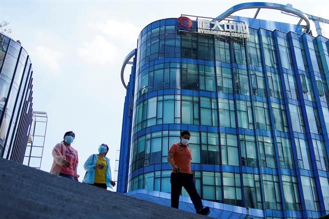 在如期付息等消息帶動下,中國恒大盤早盤一度漲逾32%。(路透)