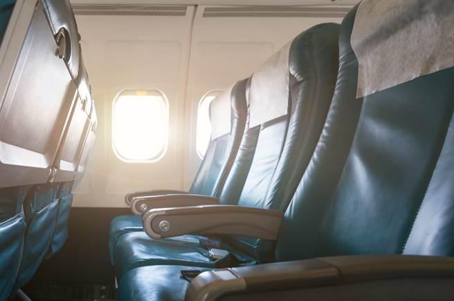前資深空服員接受採訪時透露,坐在3人座正中間的乘客,理應享受座位兩側的扶手。(示意圖/達志影像)