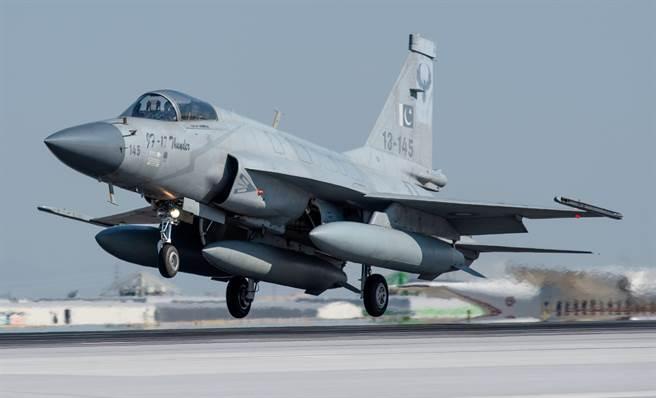 巴基斯坦空軍JF-17「雷電」戰機的資料照。(達志影像/Shutterstock)