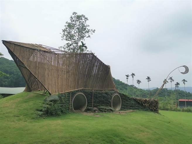 密枝社區則運用自然綠色環保的竹材,由社區夥伴們合力,打造社區蝸牛裝置藝術品。(劉秀芬攝)