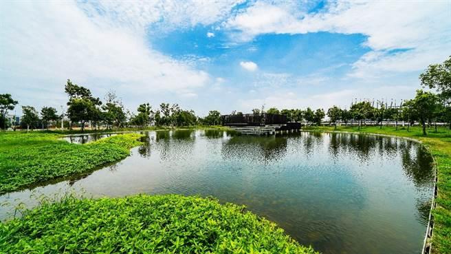 於2018年興建完成的中央公園,佔地67公頃宛如有2.8個大安森林公園,貫穿水湳經貿園區,是台中最美的生態綠地。(圖/遠雄房地產提供)