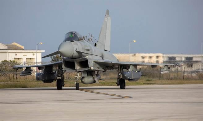 在澳洲「棄單」潛艦後,英法合作的未來巡弋/反艦武器計畫,恐成為兩國關係惡化下的犧牲品。圖為掛載暴風之影的英軍颱風戰機。(圖/英國皇家空軍臉書)