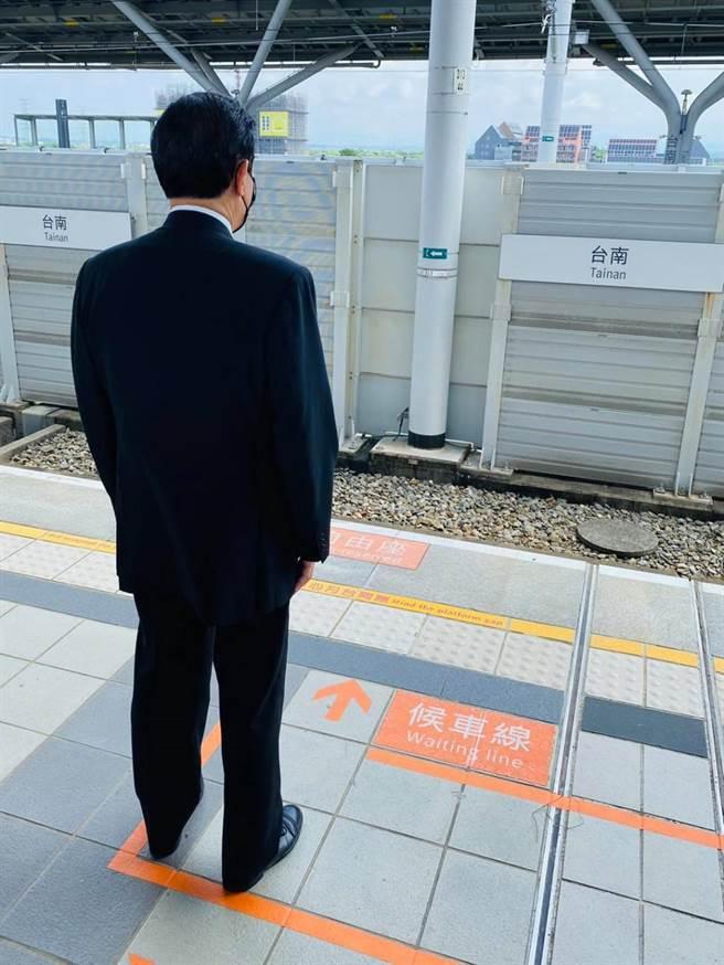 國民黨立委陳以信在臉書貼出一張馬英九背影的照片,並表示,就算當過總統,搭高鐵也是要排隊。(取自陳以信臉書)