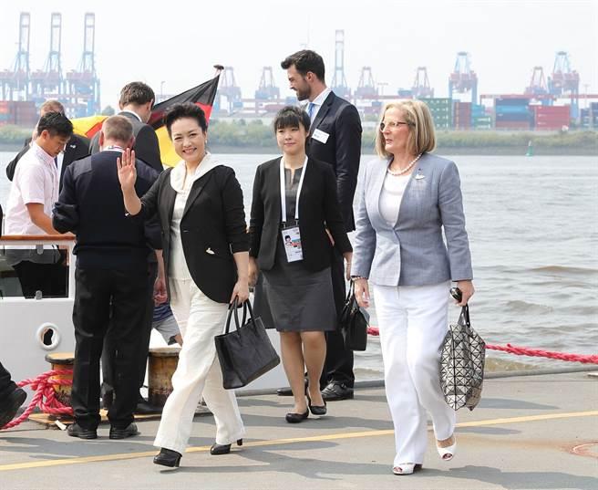 2017年7月中國國家主席習近平與其夫人彭麗媛前往德國漢堡參加G20集團峰會,彭麗媛應邀主辦方邀請與部分代表團團長配偶乘船參觀漢堡港。(圖/新華社)