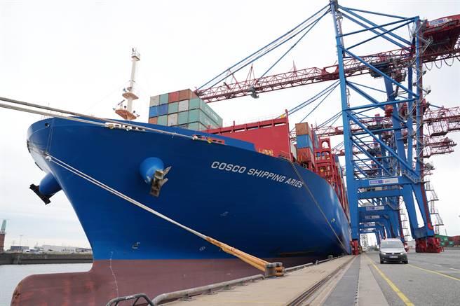 漢堡港是歐洲第2大港口和德國最大港口,也是「一帶一路」倡議在歐洲端最重要的節點之一。中國市場目前貢獻了該港口貨運總量的30%以上。圖為漢堡港ctt貨櫃碼頭停放的中遠海運貨櫃船。(圖/新華社)