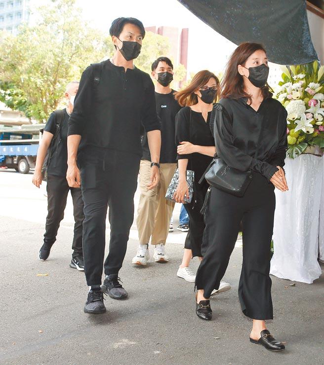 張雁名(左起)昨與陳謙文、方馨、王樂妍等《美麗人生》劇組演員前來向龍劭華致敬。(羅永銘攝)