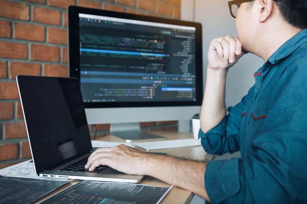 工程師年薪破百萬卻單身,網友點出工程師的2大問題,難怪常說女生膚淺。(圖/Shutterstock)