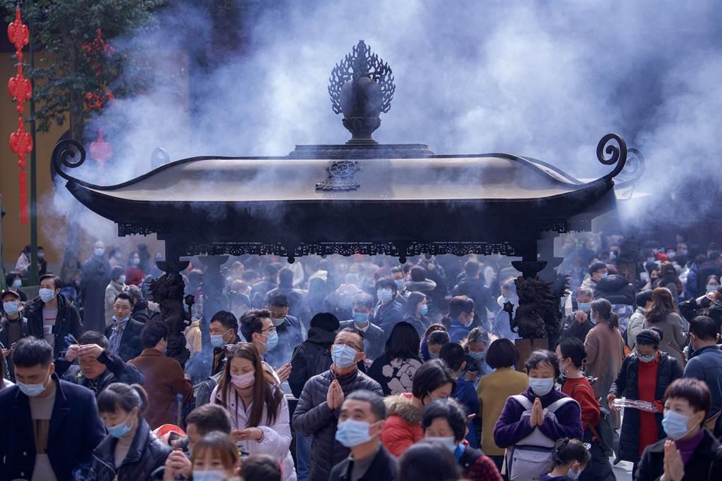 最近一段時間,佛門寺院多了一群特殊的「女香客」。她們被稱作佛系名媛,簡稱佛媛。(示意圖,中新社)