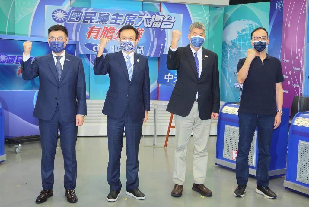 中天新聞18日邀請4位候選人江啟臣(左起)、卓伯源、張亞中、朱立倫參加唯一的網路直播辯論會《國民黨主席大擂台-有膽來辯》,4人在開始前合影。(資料照,張鎧乙攝)