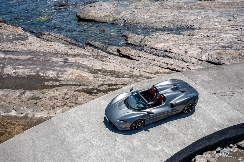 Elva以開放式車艙概念打造,極致輕量化的設計即使加上前擋玻璃,車重也未達1300公斤。(圖/McLaren提供)