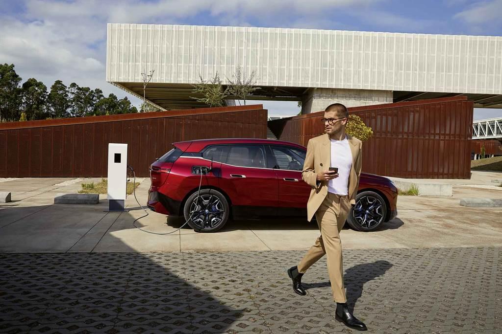 BMW率先於iX與i4導入BMW手機數位鑰匙2.0功能,透過全新UWB超寬頻技術,只要iPhone放在身上走近愛車就能直接解鎖,並於上車後啟動車輛以及專屬於駕駛的個性化車內設置,享受從容率性。(圖/BMW提供)