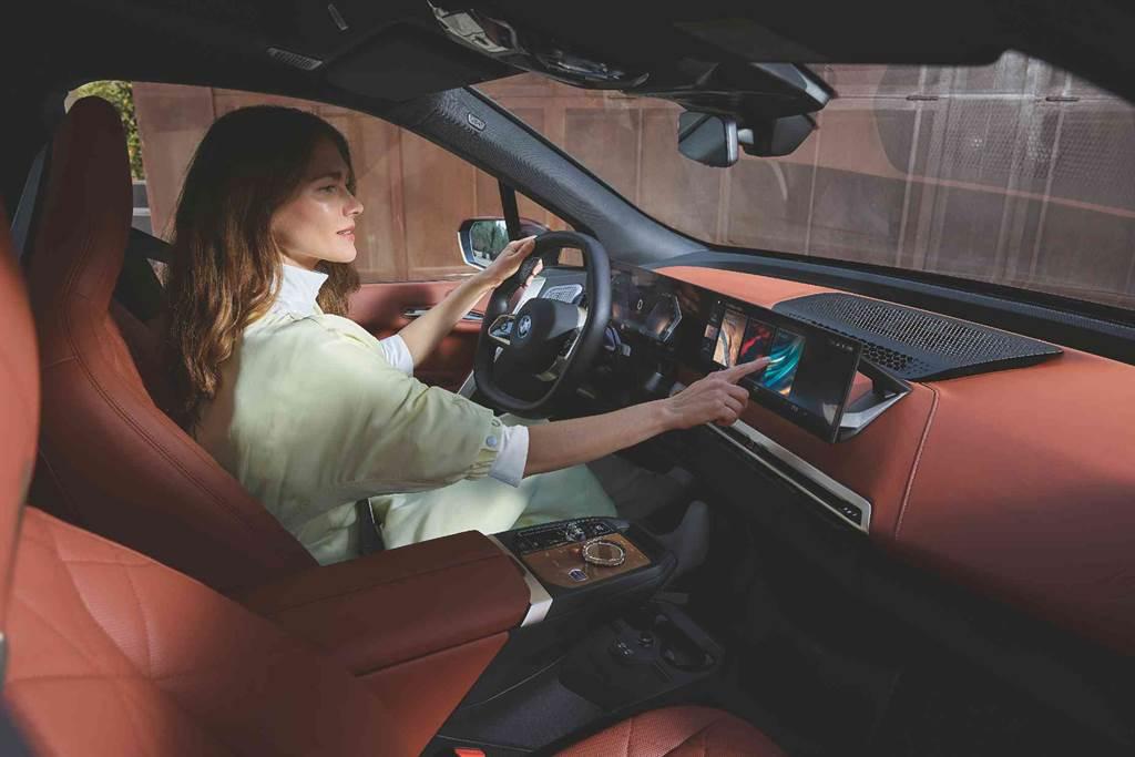BMW iX與i4全新一體式曲面螢幕,融入iDrive 8人機互動介面,充滿藝術美感的圖像式設計更加直觀與個性化,描繪出駕駛者與車輛之間的獨特互動邏輯,消弭數位與現實世界的界線。(圖/BMW提供)