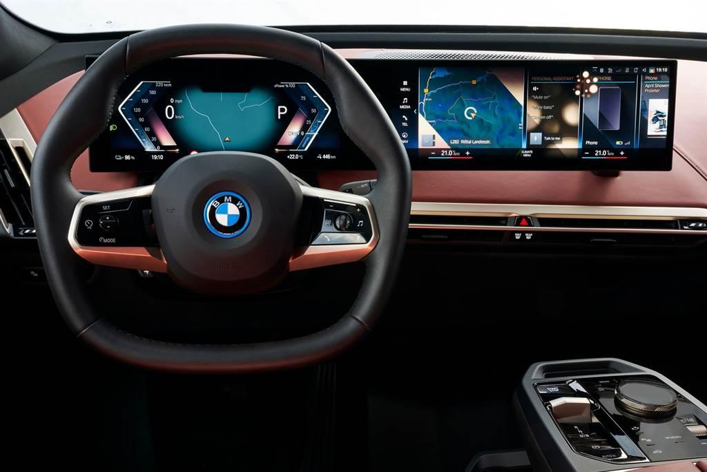 全新世代的BMW Intelligent Personal Assistant智慧語音助理,不僅用更自然的語言溝通,透過導入懸浮光球動畫描繪出宛如真人般的面部表情與反應,能夠展現更多情感與反應,讓使用者更像是與一位真人互動。(圖/BMW提供)