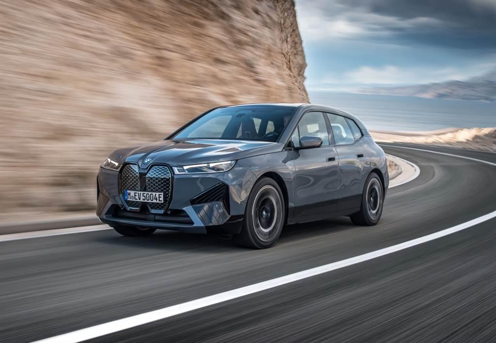 BMW將經典性能車的迷人排氣聲浪與科技完美揉合,將熱血聲浪轉化為BMW IconicSounds Electric純電動能音效,不論是想感受熱血激情或是享受寂靜馭電樂趣,都能給予駕駛享受不同狀態下的駕馭情境,展現BMW由電而生的絕佳平衡。(圖/BMW提供)
