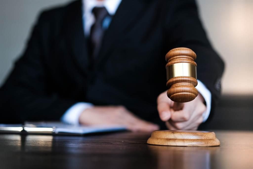 桃園地院法官審理一起竊盜案超認真,當庭拿起作案工具鐵棒自敲頭部,認證會痛,是凶器,變更起訴法條為凶器竊盜罪。(示意圖/Shutterstock)