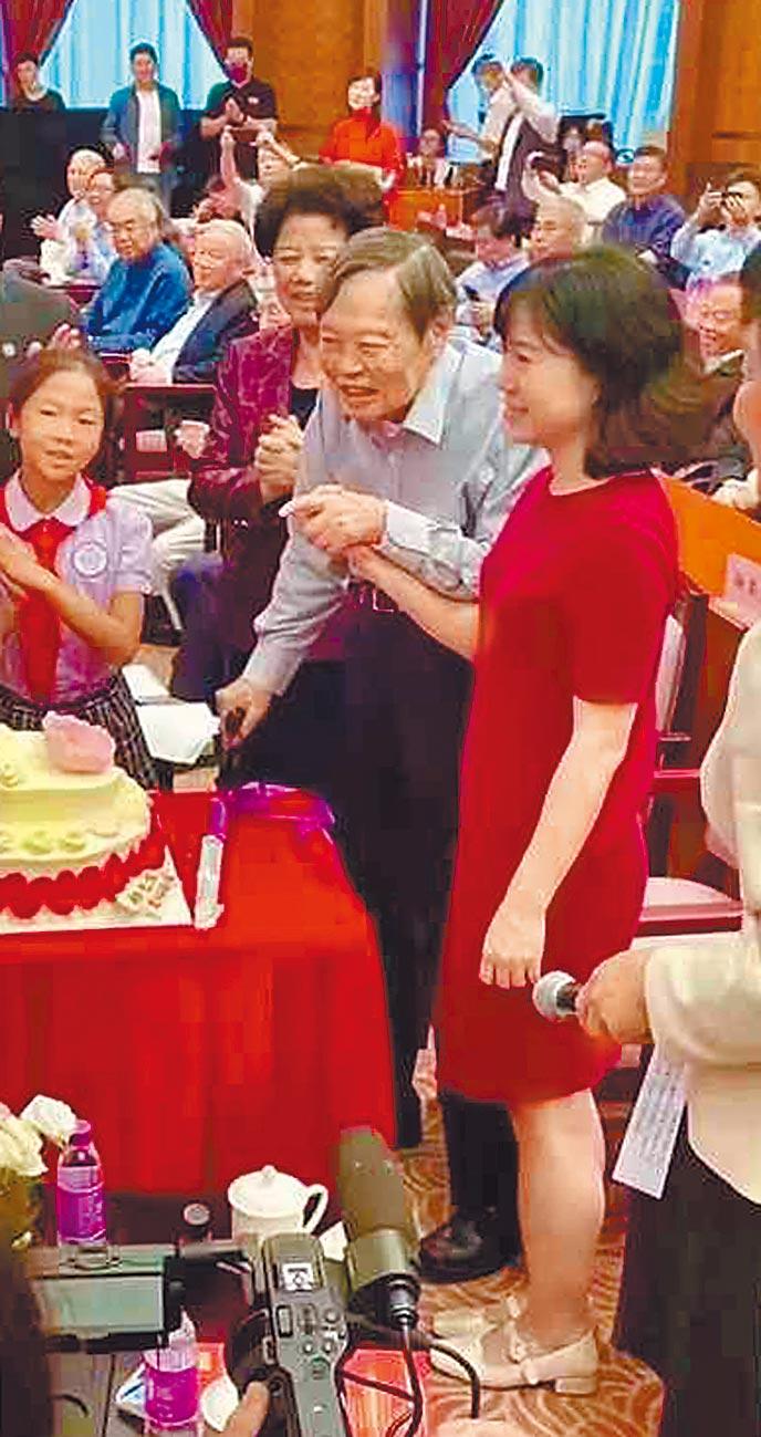 北京清華大學22日舉辦學術研討會,慶賀大陸物理學家楊振寧百年誕辰。當天楊與妻子翁帆牽手出席。(摘自網路)